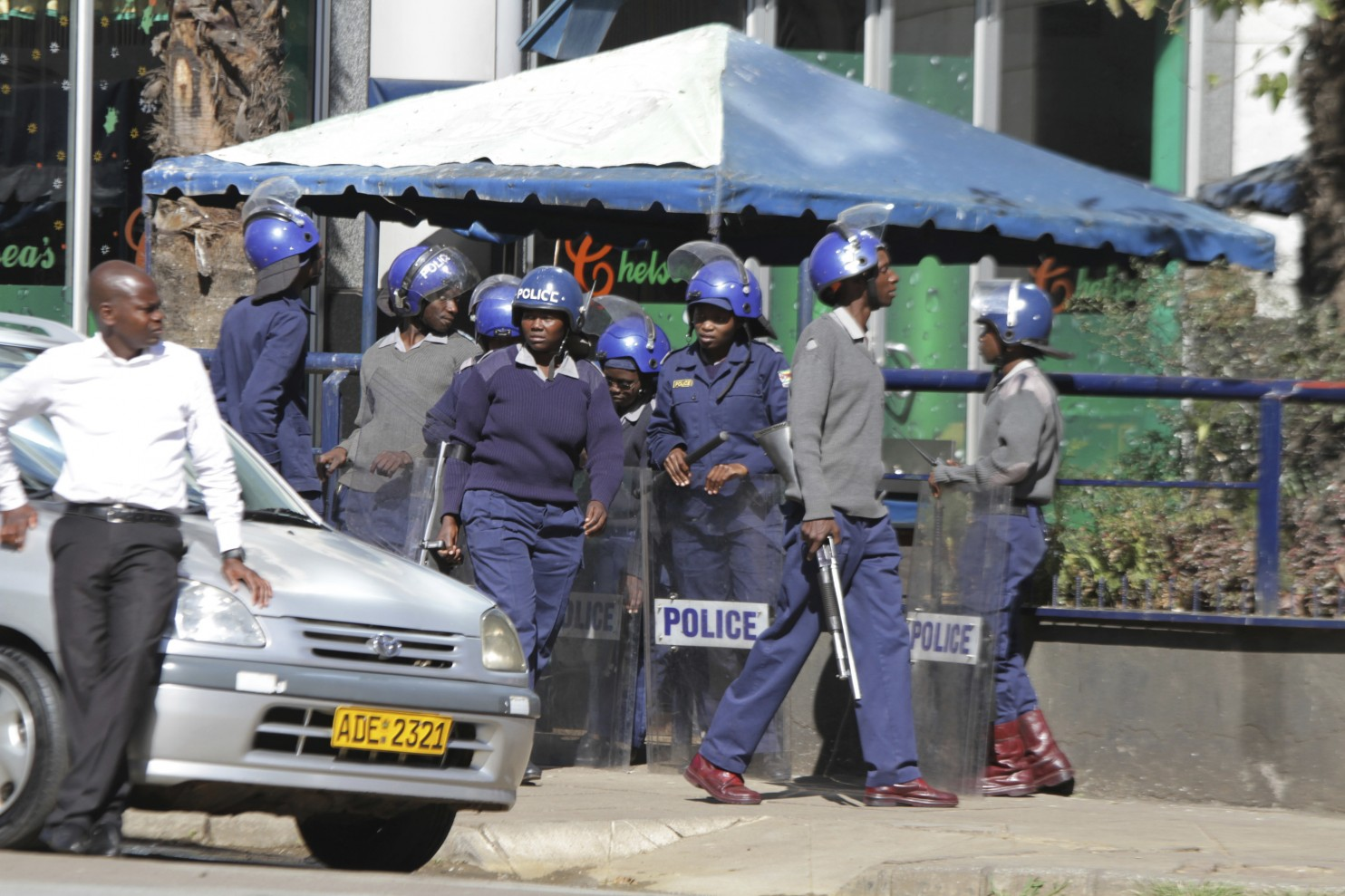 Harare police use teargas to disperse MDC protestors